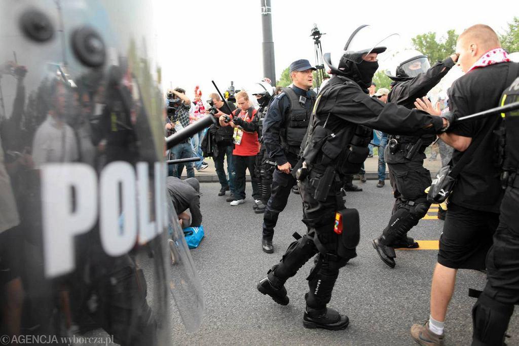 Policja interweniuje podczas marszu rosyjskich kibiców w Warszawie. Ponad sto osób zatrzymano, a kilkanaście zostało rannych