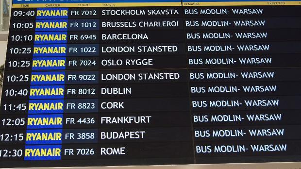 Tak w niedziel� wygl�da�a tablica odlot�w lotniska w Modlinie