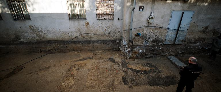 Na tyłach więziennego szpitala przy Rakowieckiej odkryto kolejne szczątki ludzkie