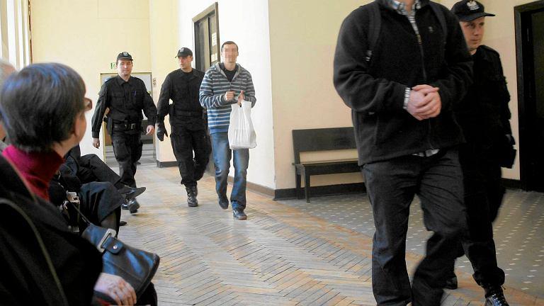 21 marca 2014 r. Sąd Okręgowy w Warszawie. Od lewej: Krzysztof R., Mariusz B. oskarżony o zabójstwo kobiety przed salą rozpraw