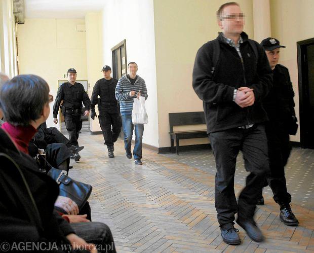 21 marca 2014 r. S�d Okr�gowy w Warszawie. Od lewej: Krzysztof R., Mariusz B. oskar�ony o zab�jstwo kobiety przed sal� rozpraw