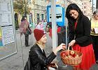 Autobus pe�en jab�ek je�dzi po Warszawie. Cz�stujcie si�!
