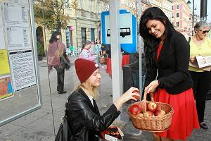 Autobus pełen jabłek jeździ po Warszawie. Częstujcie się!