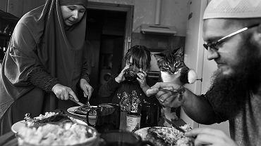 Przy muzułmańskim stole je się tylko prawą ręką. Lewa jest nieczysta. Najlepiej jeść bez używania sztućców. Dlaczego? Prorok tak robił