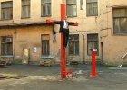 Na dziedzińcu dawnej katowni KGB w Rydze ukrzyżowano kukłę przypominającą Putina