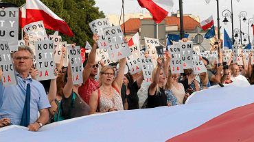 Krakowskie Przedmieście. Manifestacja w obronie niezależności sadów przed Pałacem Prezydenckim. Demonstranci z plakatami Konstytucja