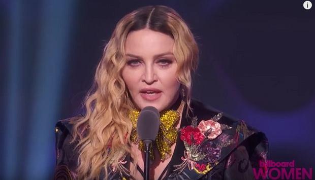 Dzień po inauguracji prezydentury Trumpa miał miejsce Marsz Kobiet. Nie przypadkowo odbył się on po tym szczególnym dniu. Prezydent Trump nie miał zbyt dużego poparcia wśród kobiet i mniejszości, a także wśród celebrytów. Jedną z jego najzagorzalszych przeciwniczek jest Madonna, która nie pierwszy raz ostro wyraża się o 45 prezydencie Stanów Zjednoczonych. Nie było inaczej i tym razem.