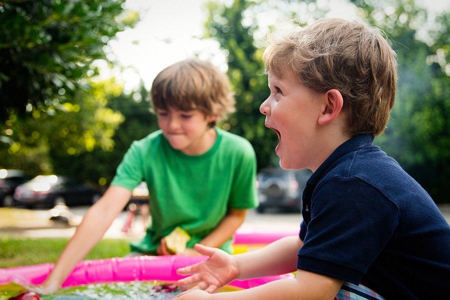 bawiące się dzieci