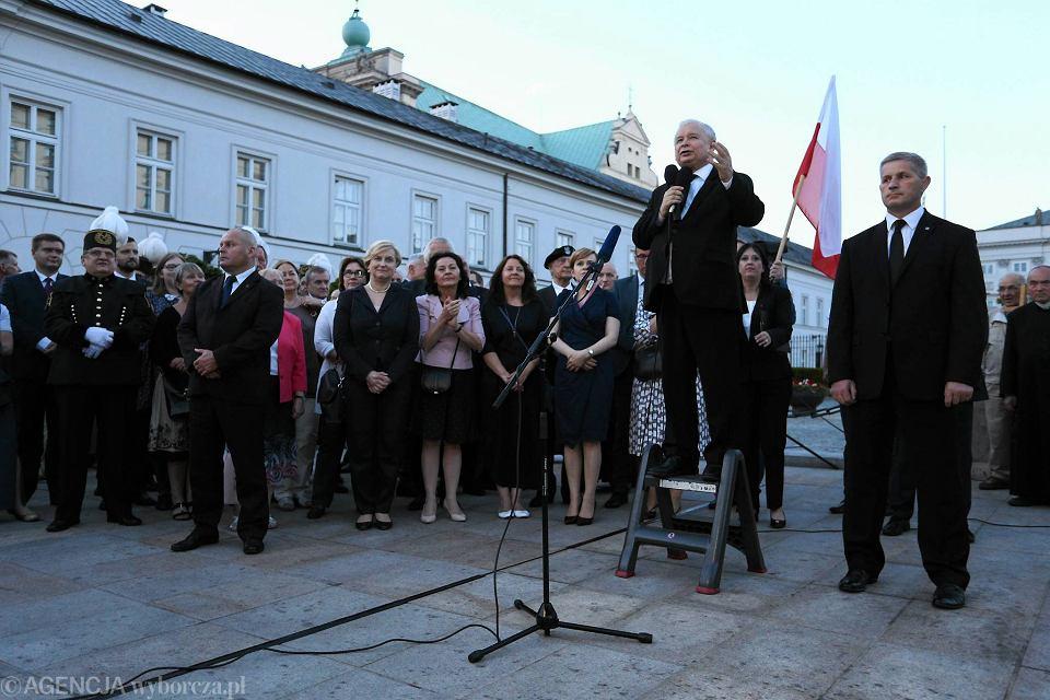 Jarosław Kaczyński przemawia podczas 75. miesięcznicy katastrofy smoleńskiej na Krakowskim Przedmieściu
