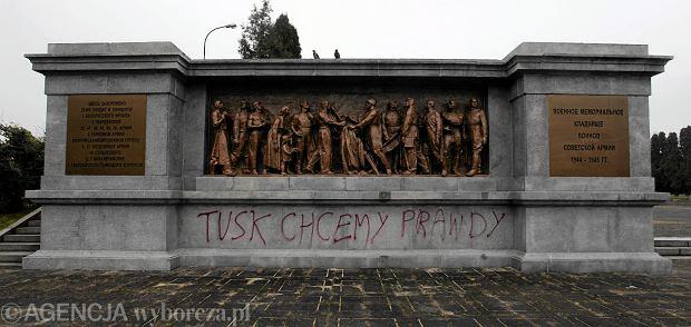Dewastacja na cmentarzu żołnierzy radzieckich w Warszawie.