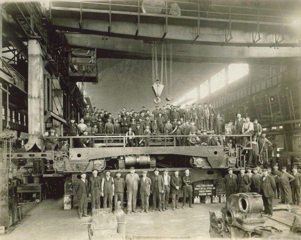 Robotnicy z chicagowskiej huty - niegdyś miasto to było wielkim ośrodkiem przemysłu metalurgicznego. W liczącej 9,4 mln ludzi aglomeracji mieszka 1,1 mln osób mających polskie korzenie, a ok. 250 tys. mówi po polsku na co dzień.