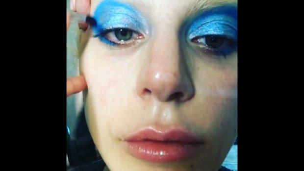 Lady Gaga wielokrotnie deklarowała się jako fanka zmarłego na początku stycznia artysty. Na gali Grammy 2016 zaprezentowała specjalny występ poświęcony Bowiemu.