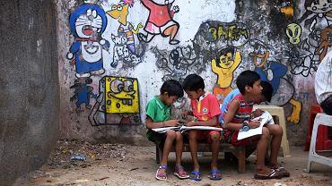 Mali indyjscy uczniowie w szkole w New Delhi.