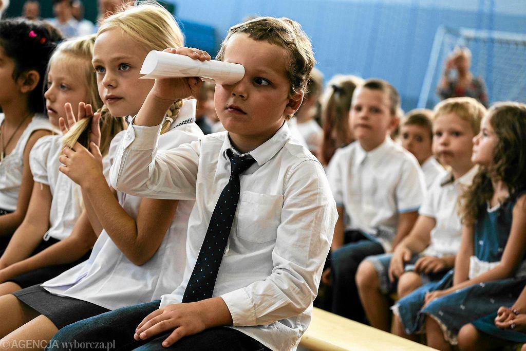 Uroczyste rozpoczęcie roku szkolnego w podstawówce przy ul. Głębockiej w Warszawie