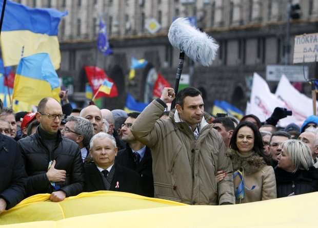 _Vitaly Klitschko (3rd R, first row), heavyweight boxing champion and UDAR (Punch) party leader, Arseny Yatsenyuk (L, first row), a Ukrainian opposition leader, and Jaroslaw Kaczynski (2nd L, first row), leader of Polands main opposition Law and Justice Party (PiS), attend a rally held by supporters of EU integration in Kiev, December 1, 2013. Ukraines interior minister warned tens of thousands of protesters starting a pro-Europe rally in the capital Kiev on Sunday that police would respond if there were mass disturbances. REUTERS/Vasily Fedosenko (UKRAINE - Tags: POLITICS CIVIL UNREST SPORT BOXING)