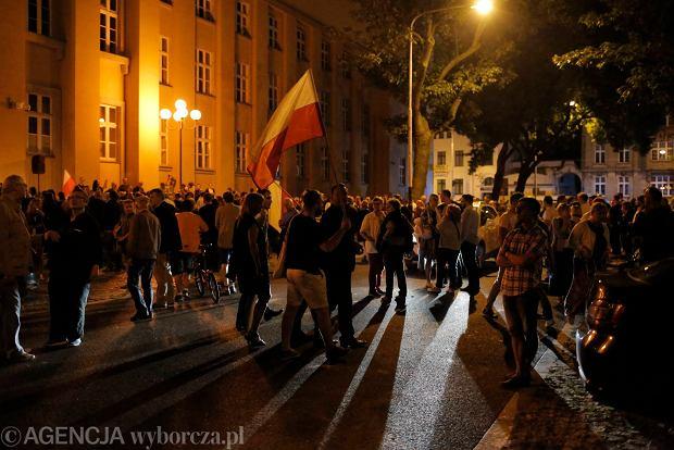Zdjęcie numer 60 w galerii - Tłumy przed Sądem Okręgowym w Łodzi. Kolejny dzień protestów przeciwko zmianom PiS w sądownictwie [ZDJĘCIA]