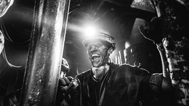 Tomasz Watras, fotograf z Katowic, na zaproszenie Fujifilm miał okazję towarzyszyć w pracy górnikom z kopalni Staszic. Powstał niezwykły fotoreportaż. </p> - Warunki na dole były bardzo trudne. Ciemno, raz zimno i wieje, a raz gorąco nie do wytrzymania, a do tego mnóstwo pyłu. Ponad godzinę szliśmy na ścianę, na sam przodek pod kombajn, a wracaliśmy jeszcze dłużej. Już samo chodzenie było bardzo męczące, a co dopiero praca w tym warunkach - wspomina Tomasz Watras. </p> Mimo to z kopalni ma jak najlepsze wspomnienia. - Ci ludzie tak ciężko pracują, a mimo to potrafią się uśmiechać i jeszcze żartować na dole. Ta wizyta zrobiła na mnie ogromne wrażenie - dodaje fotograf.