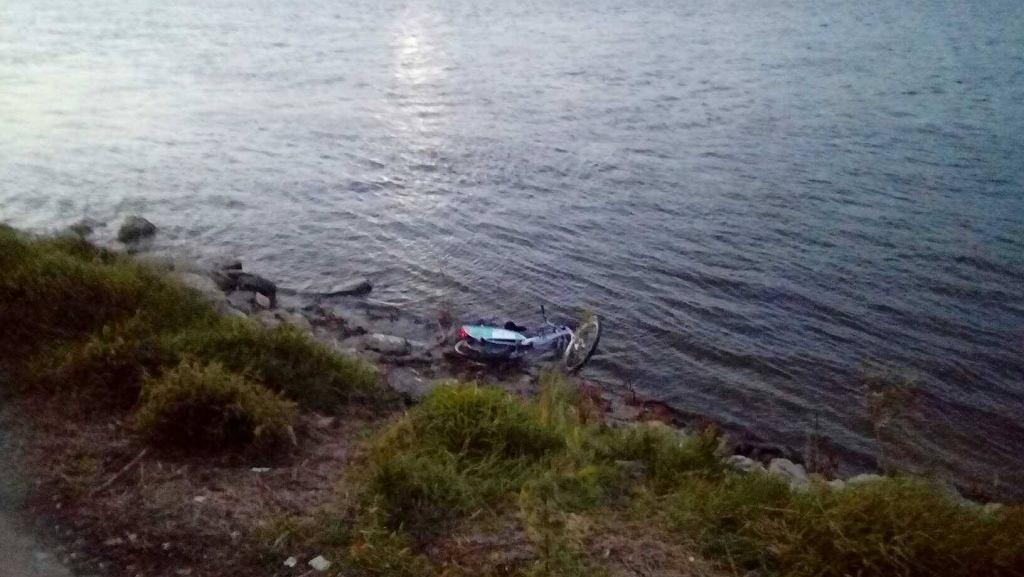 Rower Veturilo wrzucony do rzeki
