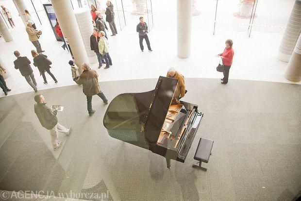 Przynie� co� osobistego do opery, ubierz 8-metrow� choink�