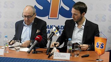 Marian Urban i Mateusz Juroszek podczas podpisania umowy sponsorskiej przez Vive Tauron Kielce i firma STS