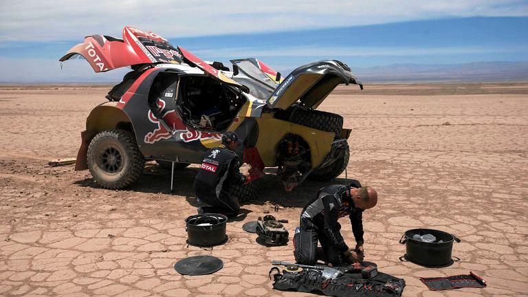 Francuzi Stephane Peterhansel i Jean Paul Cottret (Peugeot) próbują naprawić auto na dziewiątym etapie Rajdu Dakar