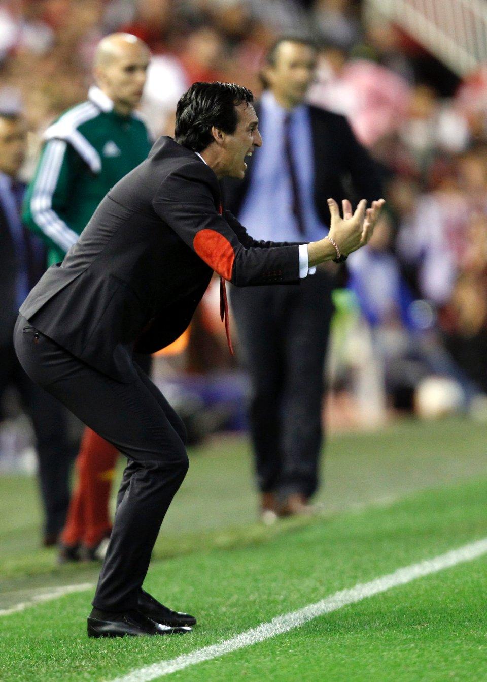 Trener Sevilli Unai Emery. Czerwone elementy na łokciach strasznie rzucały się w oczy