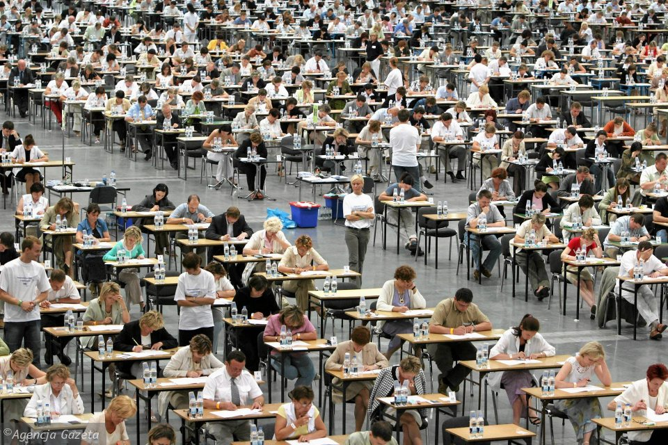 Egzamin na urzędnika służby cywilnej zdaje ponad 2000 osób. Hale MTP w Poznaniu, 30 lipca 2005 r.
