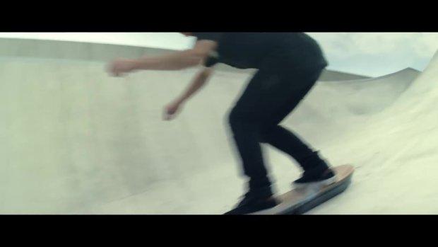 Deskorolka Lexusa lata w prawdziwym skateparku   Wideo