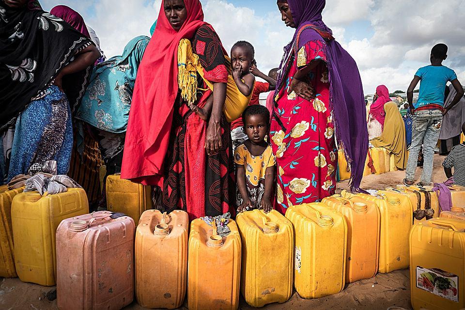 03/2017 Mogadiszu, Somalia. Daladda Camp, kobiety w kolejce po wodę do studni PAH-u