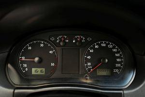 Po czym poznać, że samochód ma duży przebieg? Nie dajcie się oszukać handlarzom cofającym liczniki