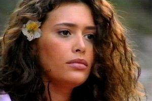 Angie Cepeda zagrała w cieszącym się ogromną popularnością w Polsce peruwiańskim serialu 'Luz Maria', w którym wcieliła się w główną bohaterkę. Aktorka szybko zdobyła serca widzów. Była piękna i naturalna, a fani do tej pory pamiętają jej burzę loków i szeroki uśmiech. W tym roku Angie Cepeda kończy 44 lata, ale upływ czasu jej nie dotyczy. Zobaczcie, jak teraz wygląda.