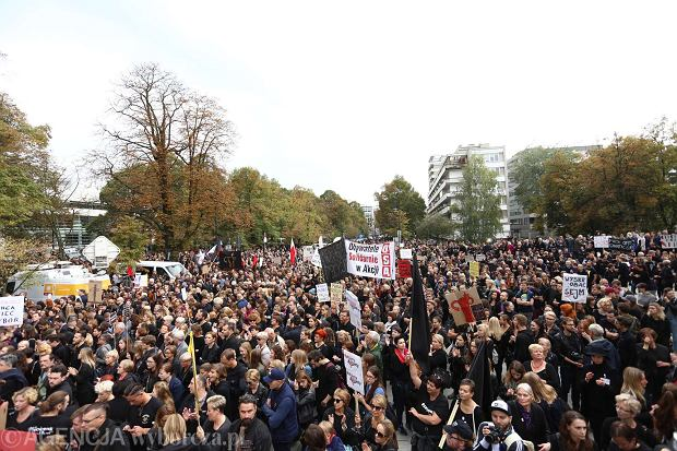 Protest przed Sejmem. Wychodzi matka niepełnosprawnego 24-latka. Tego przemówienia ludzie słuchali w kompletnej ciszy
