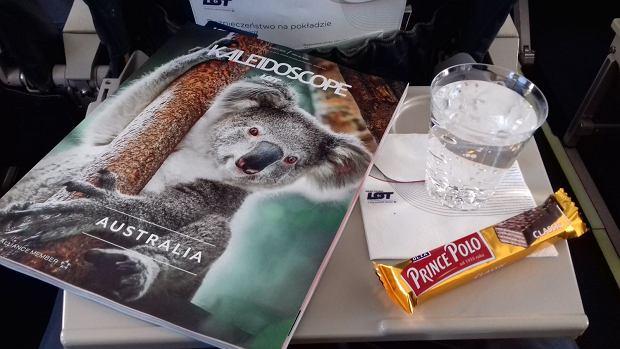 Poczęstunek na pokładzie samolotu LOT-u lecącego z Warszawy do Lublina