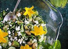 Letnie zieleniny z fasolą, groszkiem, awokado i serem feta - ugotuj