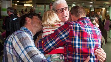 Ray Cole witany przez rodzinę na brytyjskim lotnisku