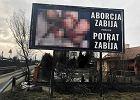 """Krwawe billboardy na ulicach Krosna. """"Aborcja zabija!"""" po polsku i słowacku"""