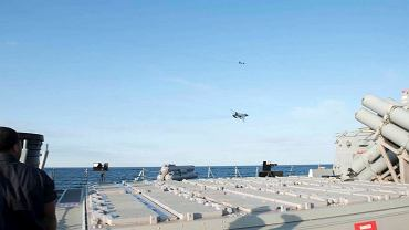 """Rosyjskie samoloty Su-24 przelatują obok amerykańskiego niszczyciela USS """"Donald Cook"""""""