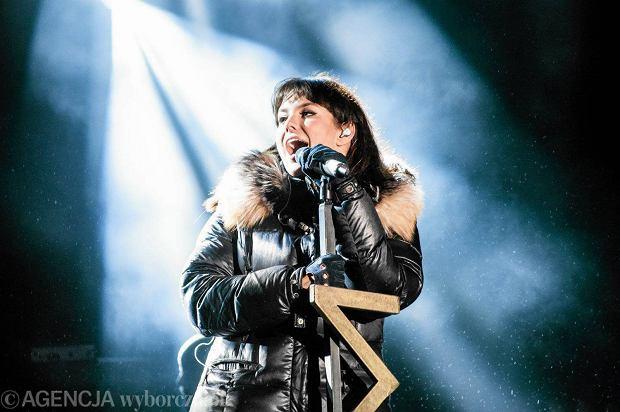 Ewa Farna jest wokalistką i kompozytorką. Piosenkarka urodziła się na czeskim Zaolziu, ale pochodzi z Polskiej rodziny. Artystka śpiewa po polsku i czesku, a w rodzinnym domu mówi gwarą cieszyńską. Chętnie bierze udział w koncertach kolędowania, na których występuje u boku największych gwiazd.