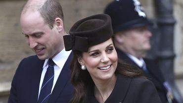 Brytyjska rodzina królewska na wielkanocnej mszy, książę William i księżna Kate