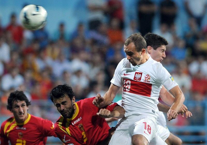 Adrian Mierzejewski strzela bramkę główką, zapewniając reprezentacji remis. Mecz Czarnogóra - Polska (2:2) rozegrany 7 września 2012 r.