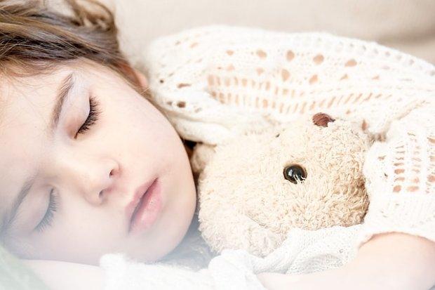 Dzieci powinny chodzić spać o 19.00. Tylko jak to zrobić?