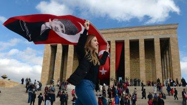 29 października, w Dzień Republiki, dziesiątki tysięcy obywateli  odwiedzają mauzoleum Atatürka,  ojca świeckiej Turcji