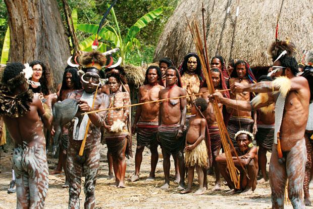 podróże, Podróże: świński festiwal w Papui, Prosiaka zabija się jedną strzałą wycelowaną prosto w serce