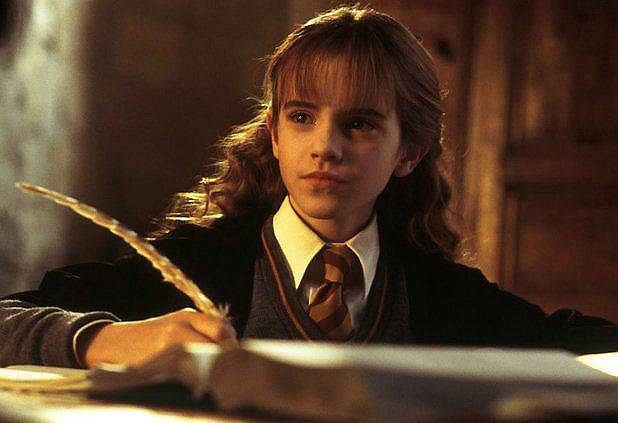 <b>Hermiona Granger - Emma Watson</b>. Emma Watson chciała zostać aktorką od dziecka, gdy jako dziesięciolatka została obsadzona w 'Harrym Potterze' miała już spore doświadczenie teatralne i własnego nauczyciela aktorstwa. Gdy grała Hermionę skupiała się tylko na tym. I na nauce - studiowała najpierw na Brown University, jednym z najlepszych amerykańskich uniwersytetów należących do Ivy League, a następnie w Oxfordzie. Została twarzą marek Burberry, Chanel i Lancome, ale też, jako ambasadorka dobrej woli ONZ, jedną z najgłośniej wypowiadających za równouprawnieniem płci kobiet w szołbiznesie. Role wybierała pieczołowicie - pierwszy po Harrym był 'Mój tydzień z Marylin', gdzie grała dziewczynę zakochaną w głównym bohaterze granym przez... Eddiego Redmayne'a. Potem wystąpiła m.in. u Sofii Coppoli jako młodociana złodziejka, u Darrena Aronofsky'ego jako przybrana córka Noego, a teraz będzie Piękną w aktorskiej wersji disneyowskiej 'Pięknej i Bestii'.