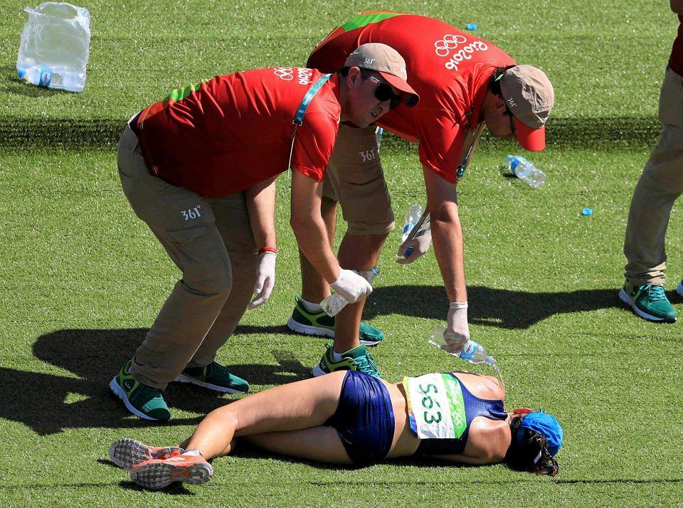 Zdjęcie numer 0 w galerii - Rio 2016. Maraton kobiet to wyczerpujące wyzwanie. Dramatyczne momenty na mecie [ZDJĘCIA]