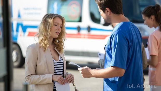 To już kolejny raz, kiedy nasi ulubieni bohaterowie z Leśnej Góry znów będą ratowali życie i zdrowie swoich pacjentów. Czy najnowszy, 685. epizod może nas jeszcze czymś zaskoczyć? Lekarze będą rozwiązywali nie tylko medyczne zagadki. Często na drodze ich kariery zawodowej będą stawały także prywatne rozterki. Lena zostaje nakryta w sytuacji, kiedy romansuje ze swoim byłym mężem w szpitalnym pomieszczeniu. Wieści rozchodzą się szybko, więc od razu dowiaduje się o tym także Staszek. Mężczyzna jest wściekły i żąda od Witka natychmiastowych wyjaśnień. To jednak nie wszystkie nowości! Możliwe, że z serialu ma dłuższy czas zniknie Agata. Kobieta podejmuje bowiem niespodziewaną decyzję i postanawia wyjechać z Leśnej Góry. W tym czasie Witek zajmuje się pacjentem, ktoey nie ma żadnych objawów choroby. Najnowszy odcinek będzie można obejrzeć już o 20.45 w TVP 2.