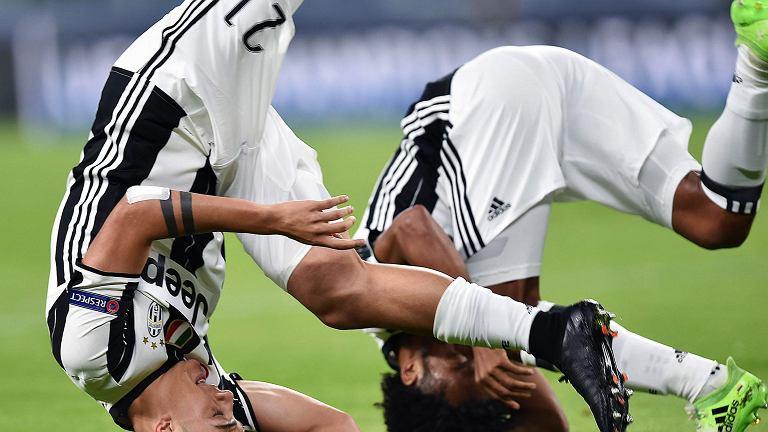 Piłkarze Juventusu Paulo Dybala i Juan Cuadrado cieszą się w nietypowy sposób z kolejnego gola
