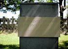 """Cmentarz Ofiar Hitleryzmu, a na nim kuriozalna tablica. """"W ho�dzie ofiarom Polonii Gda�skiej"""""""