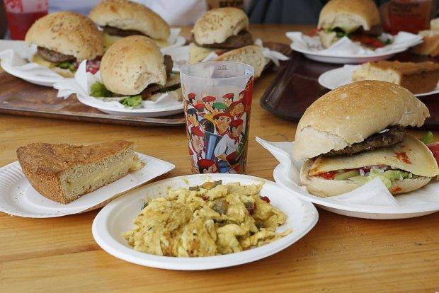 Danie główne w Kraju Basków to solidny kawał mięsa z bukietem sałat, ale najlepsze są przekąski między posiłkami, fot. fetes.bayonne.fr