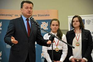 Minister Błaszczak wręcza medale uczniom i mocno krytykuje opozycję